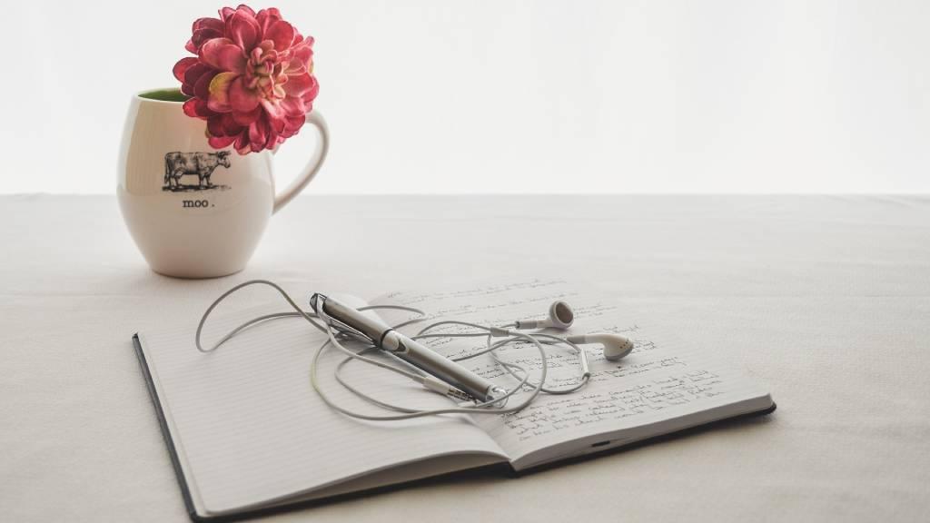 napló virággal fehér asztalon
