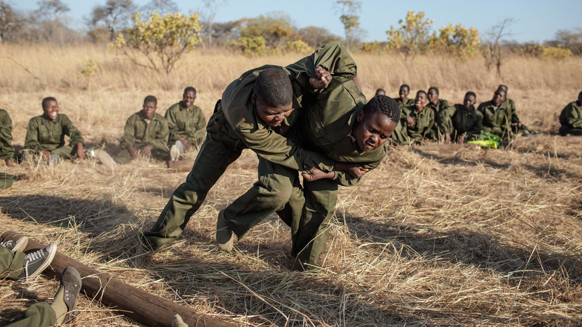 Bátrak mint az oroszlánok: női vadőrök számolnák fel az orvvadászatot Afrikában