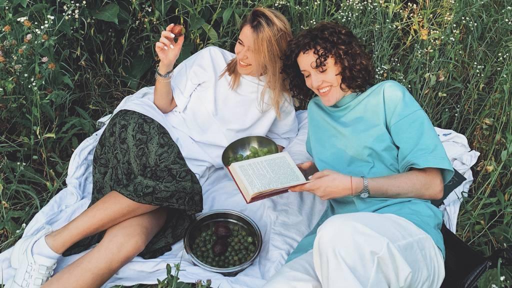 nők piknik gyümölcs