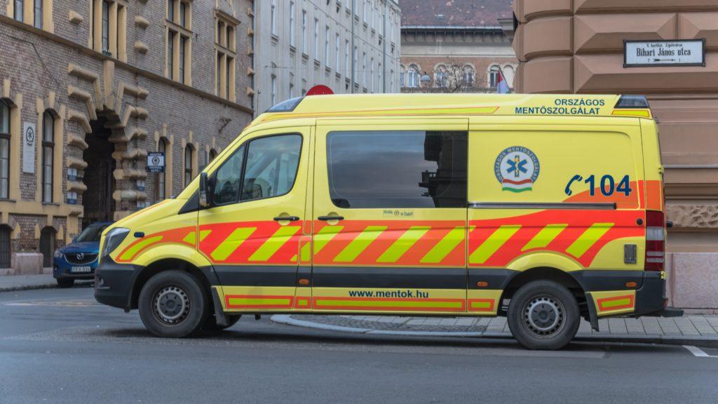 Egy mentőautó áll az Országos Mentőszolgálat Főigazgatósága előtt.