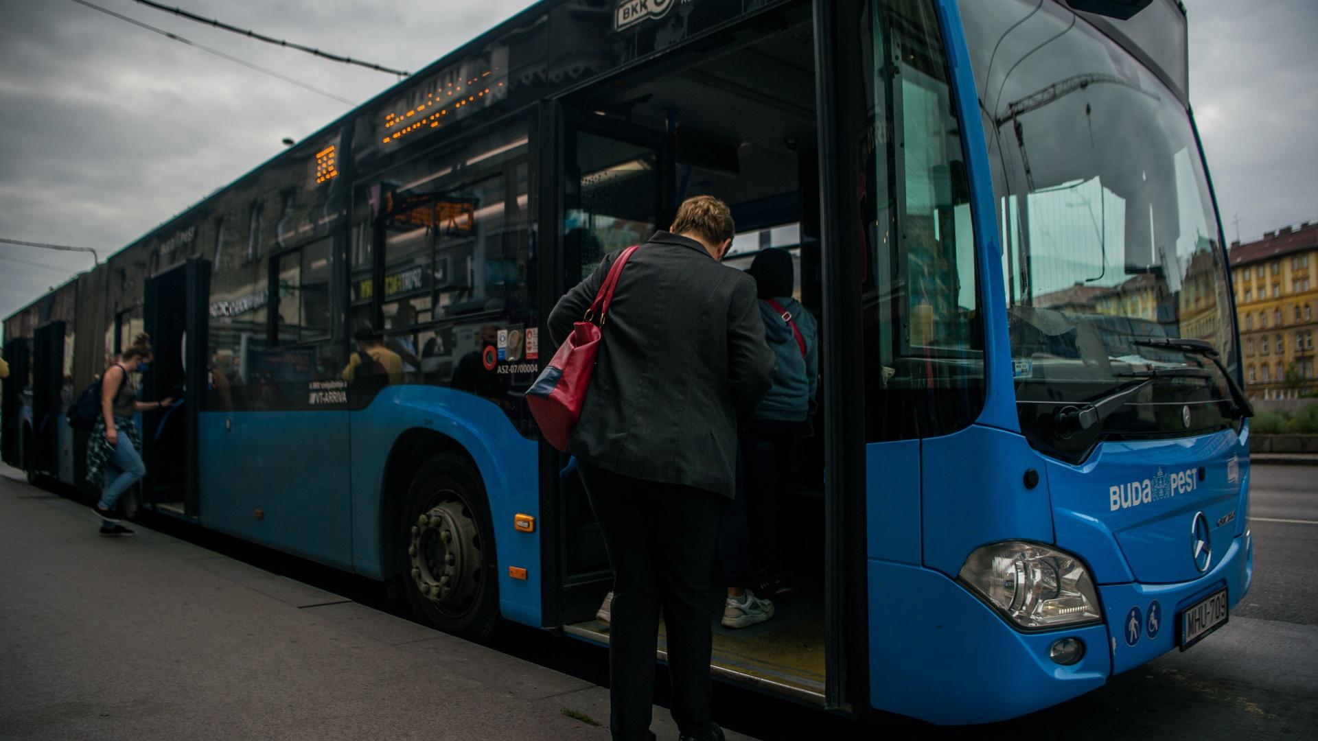Elsőajtós felszállás a buszon