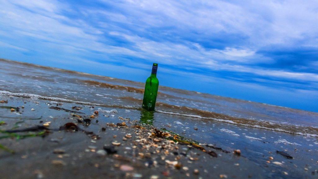 Sörös üveg a tengerparton