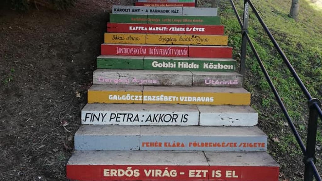 Írónők neve a budavári lépcsőkön