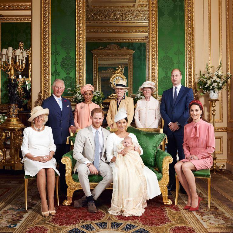 A királyi család Archie Harrison keresztelőjén