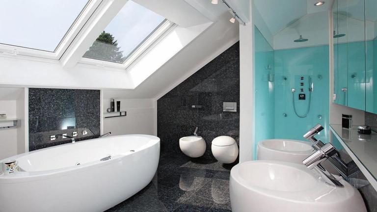 A fürdőszoba fényigényes helyiség, ezért minél több és minél nagyobb ablakot tervezzünk ide! (fotó: rototetoablak.hu)