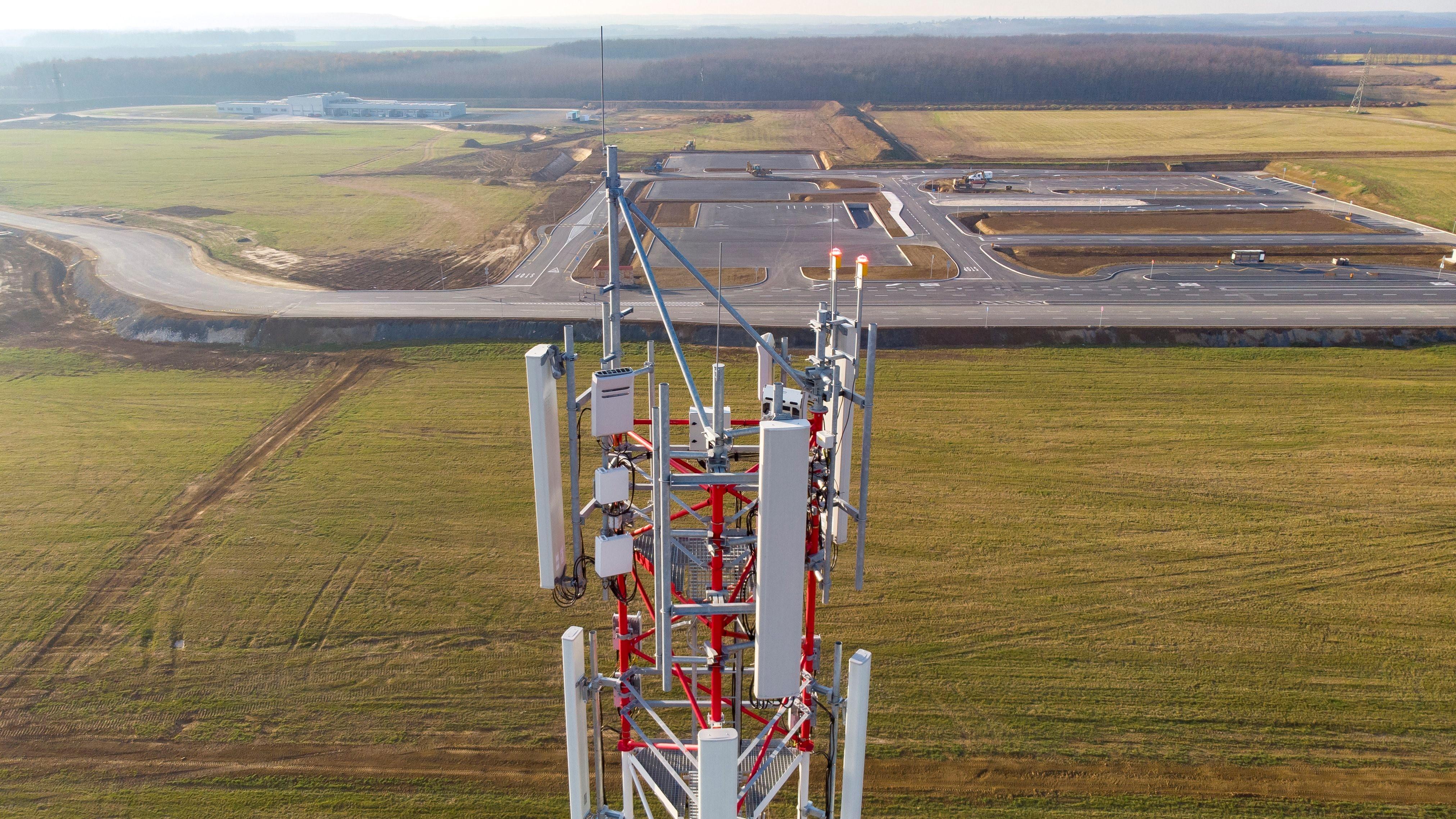 A zalaegerszegi járműipari tesztpálya 5G mobilszolgáltatást biztosító adótornya az épített városi környezetet modellező pályarész mellett 2018. december 7-én.