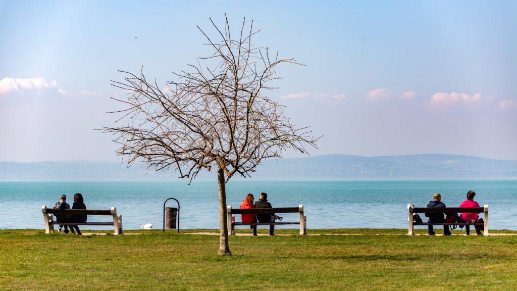 Kirándulók a tavaszias melegben a siófoki Balaton-parton 2020. március 18-án.