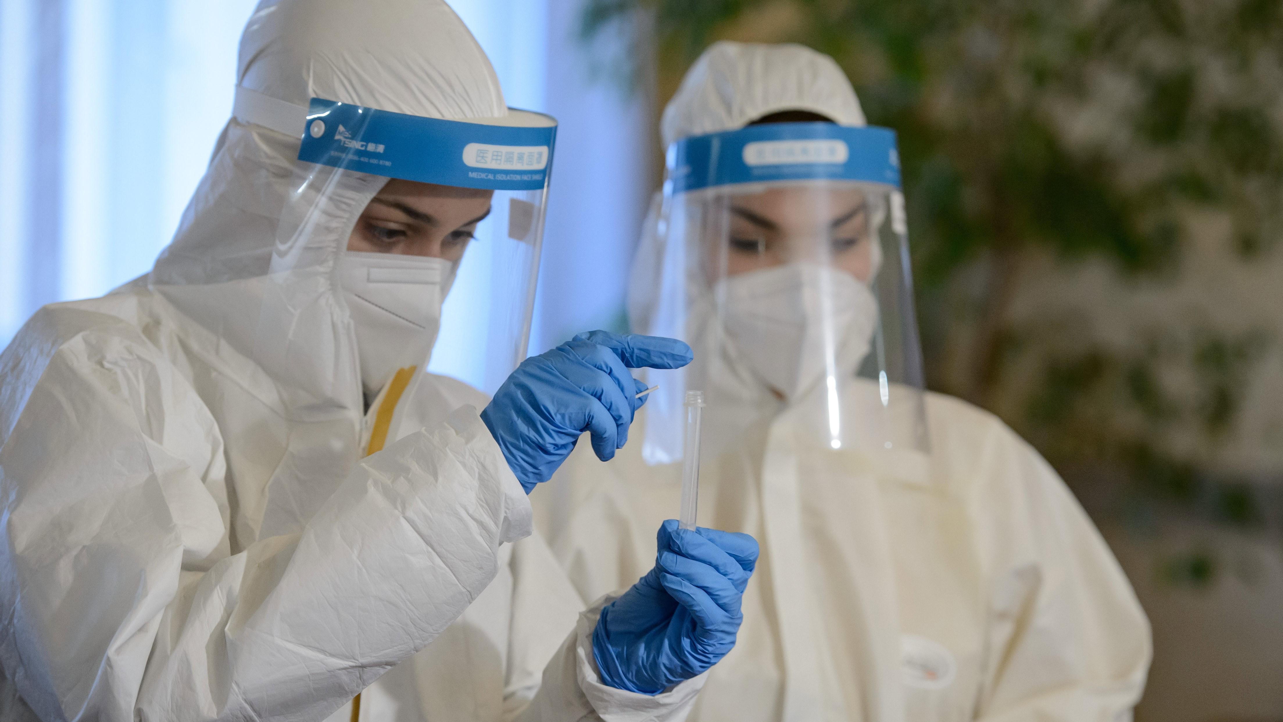 A Semmelweis Egyetem Egészségtudományi Karának hallgatói a Karancsaljai Napfény Óvoda dolgozóinak koronavírus-szűrésén a nógrádi település községházában 2020. december 4-én.