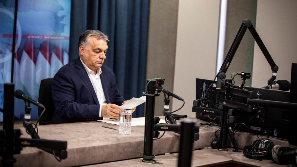 A Miniszterelnöki Sajtóiroda által közreadott képen Orbán Viktor kormányfő a Kossuth Rádió stúdiójában, ahol interjút adott a Jó reggelt, Magyarország! című műsorban 2021. március 5-én.