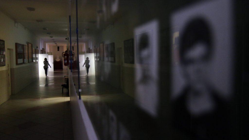 Egy pedagógus távozik a tanári szobából a Miskolci Herman Ottó Gimnáziumban 2020. március 16-án.