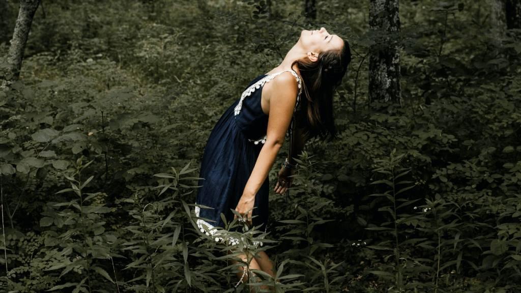 nő az erdőben