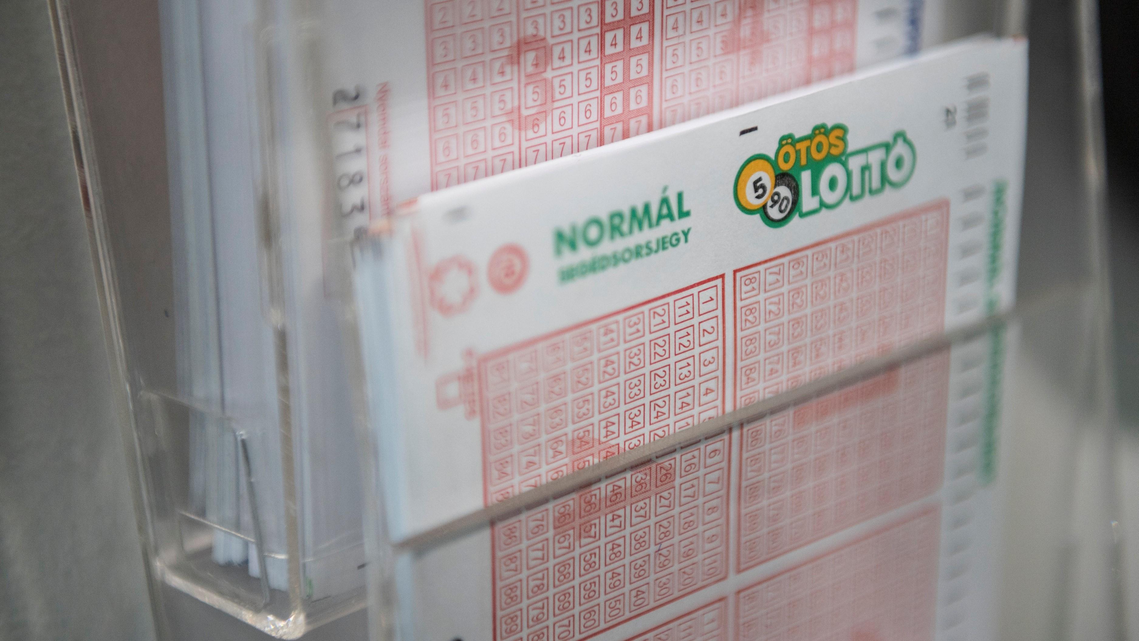 Lottószelvények a Szerencsejáték Zrt. Csalogány utcai lottózójában Budapesten.