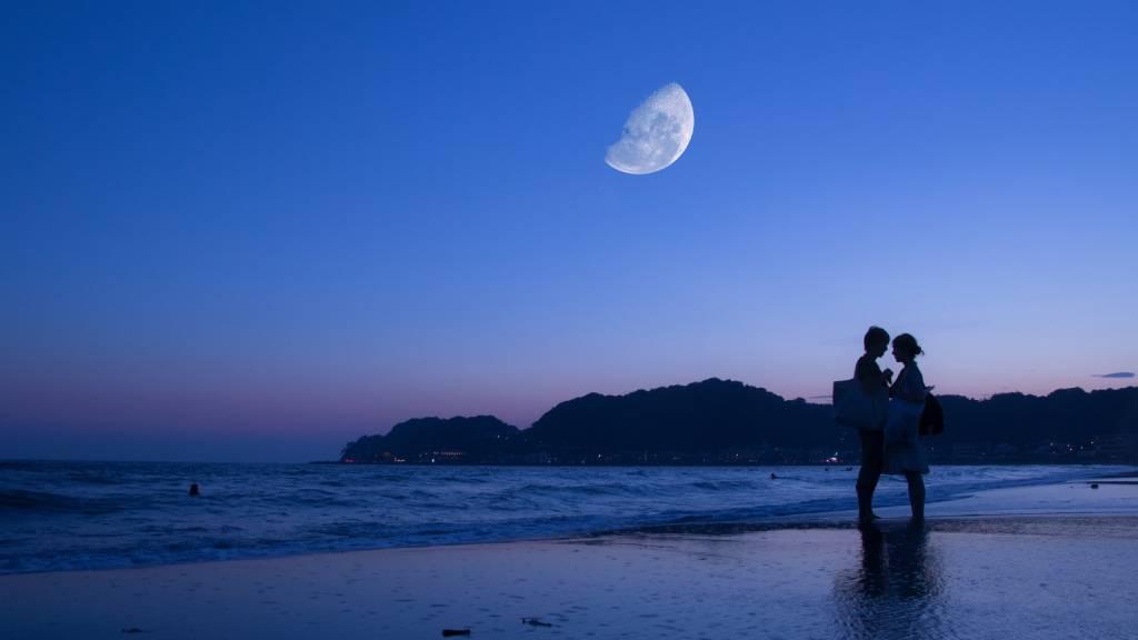 szerelmespár tengerparton holddal
