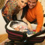 Emilio és Tina a kislányukkal, Vivien születése után