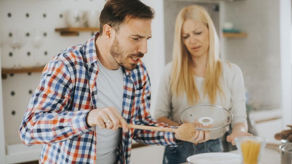 Férfi és nő a konyhában