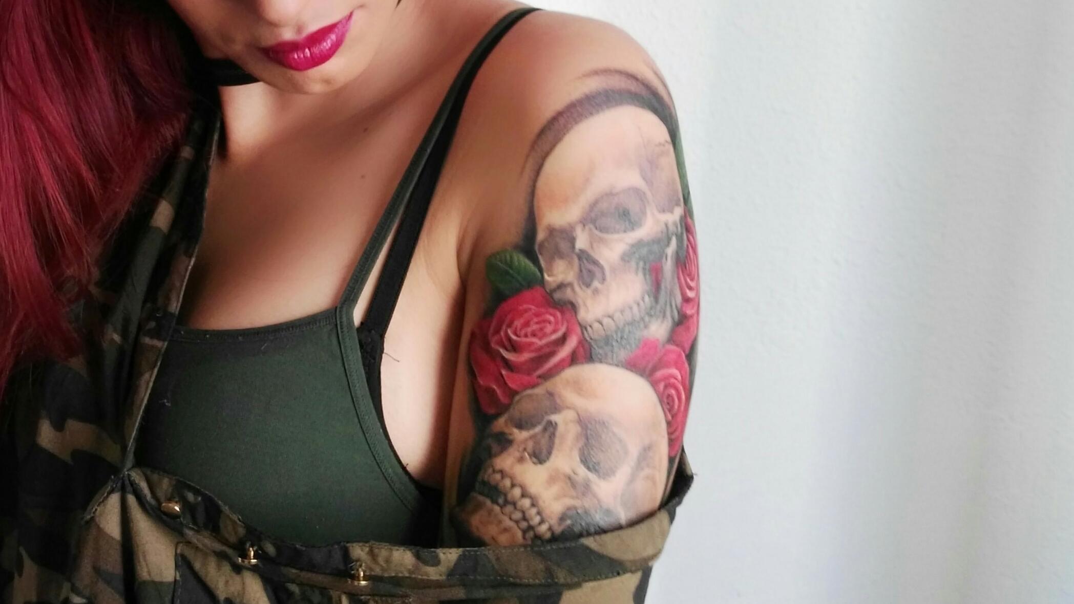 Rózsák és koponyák tetoválás