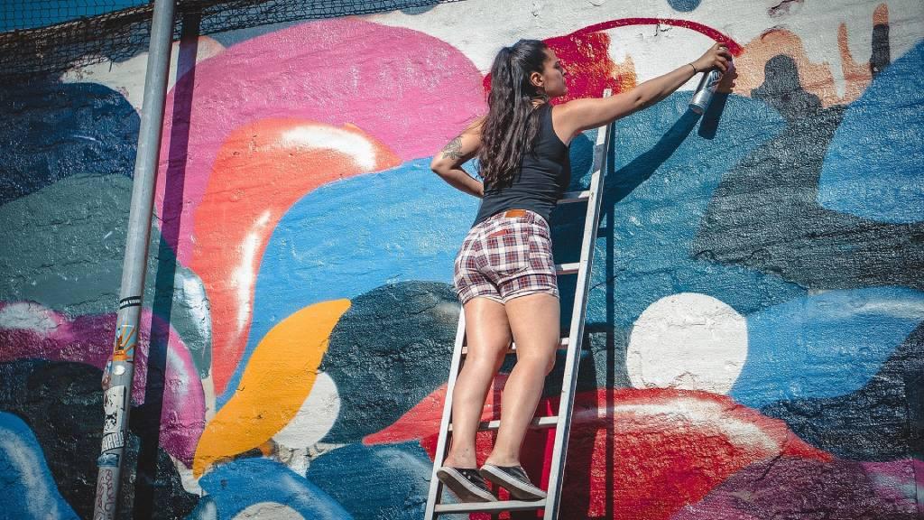 festő lány graffiti