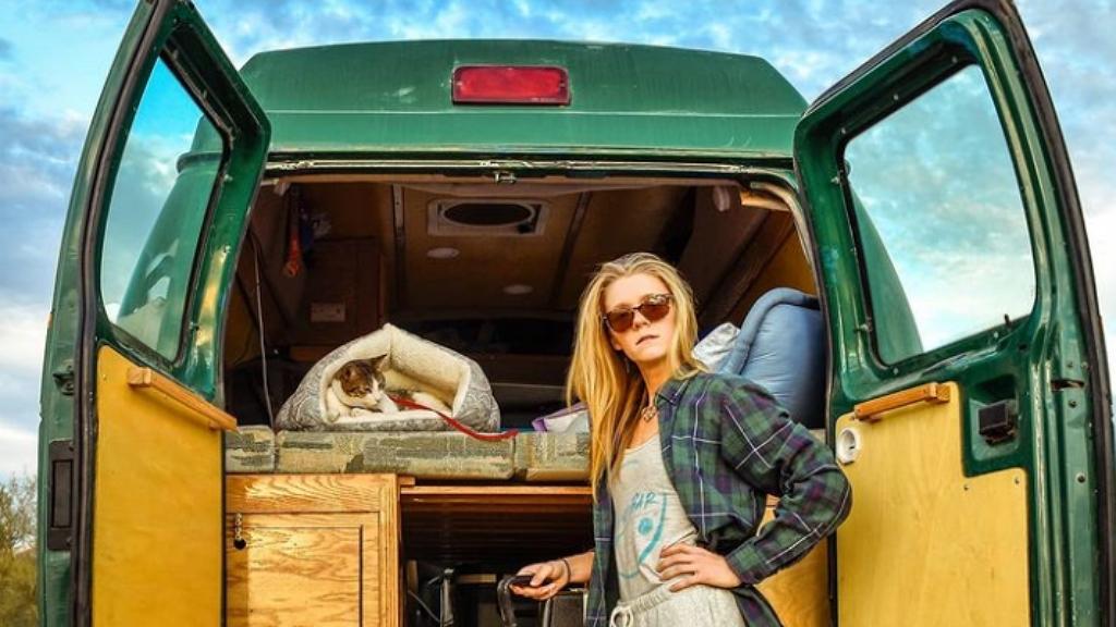 Édes furgonélet: Otthagyta pánikrohamot okozó munkáját, lakóautóban él most a lány