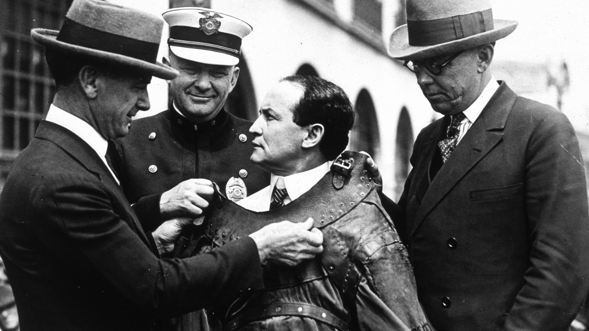 A tapéta alól kerültek elő az értékes Houdini-plakátok