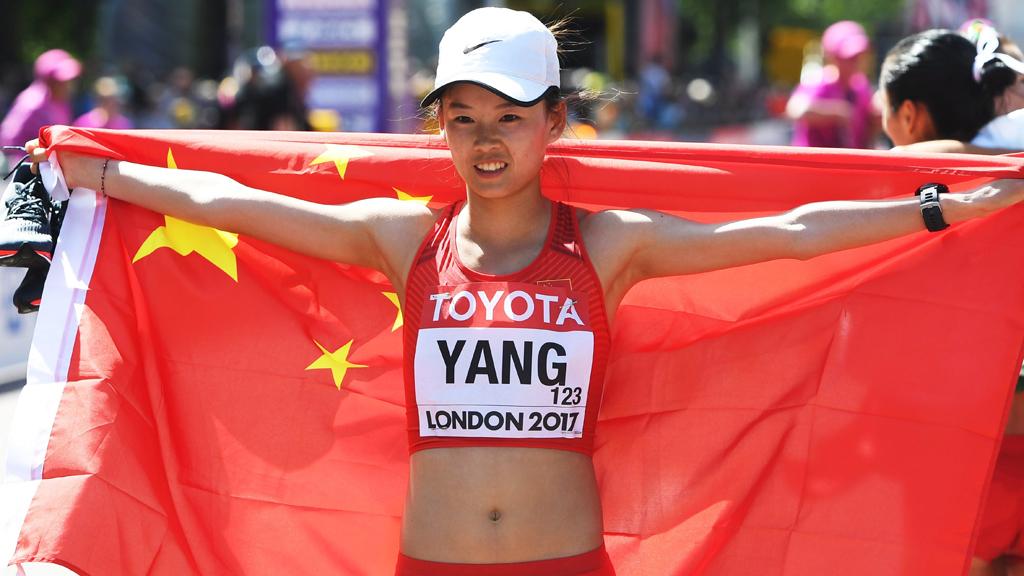 A kínai Jang Csia-jü ünnepel a célban, miután megnyerte a nõi 20 km-es gyaloglást a 16. szabadtéri atlétikai világbajnokságon Londonban 2017. augusztus 13-án. (MTI/EPA/Facundo Arrizabalaga)