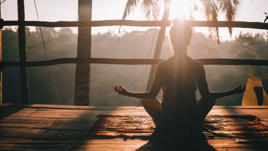 nő meditál