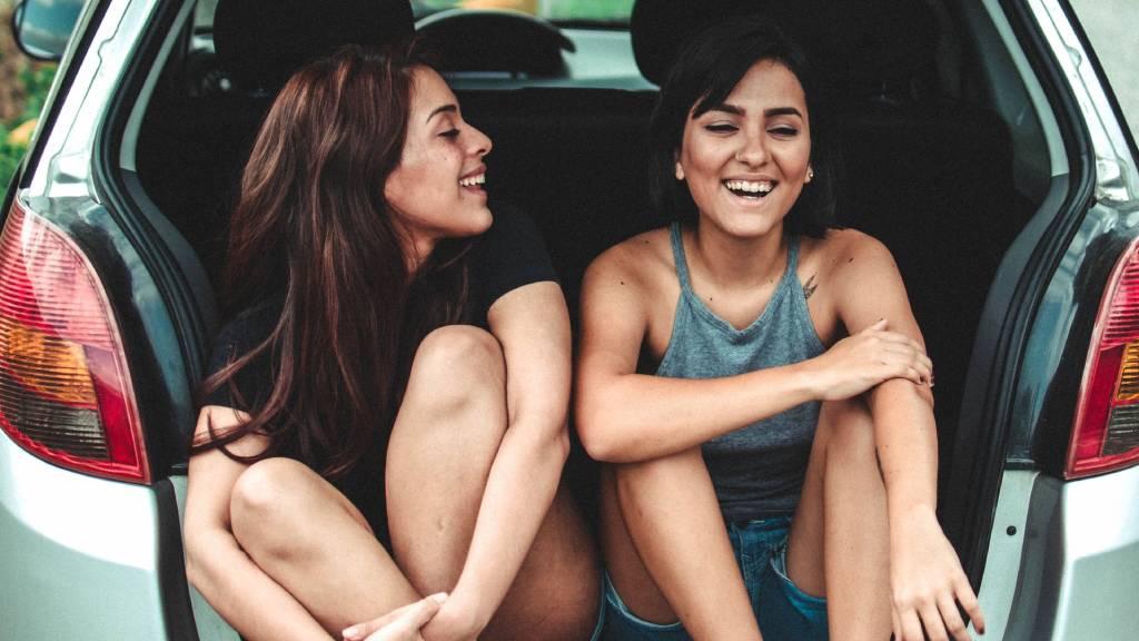 barátnők lányok nők autóban