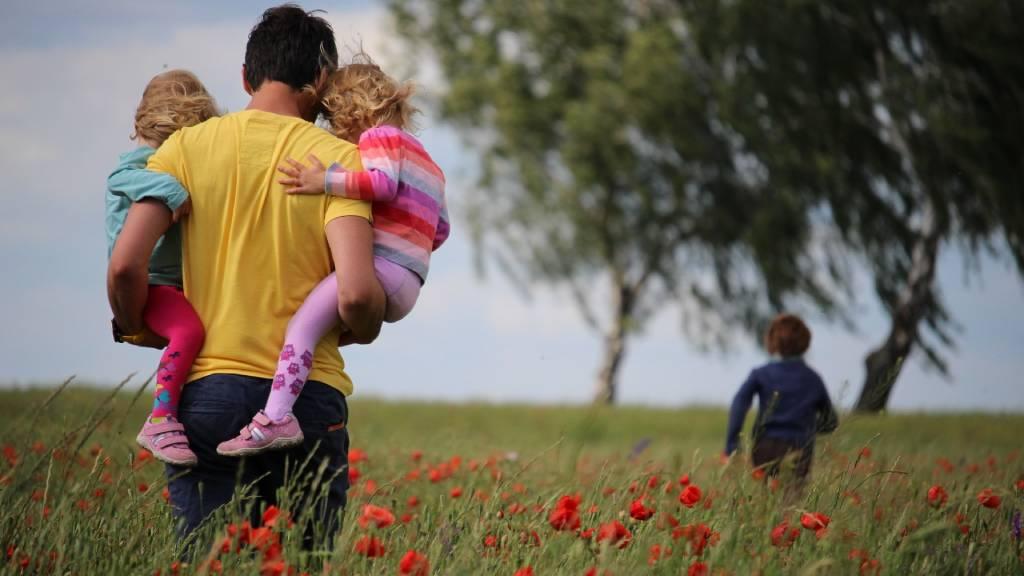 apa lányaival pipacsmezőn