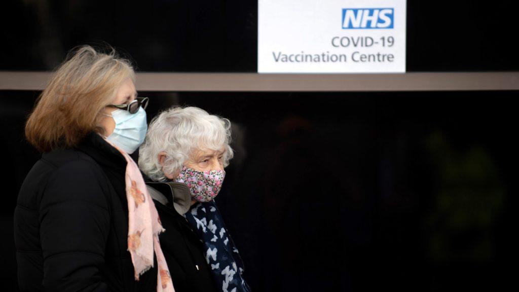 Koronavírus elleni vakcina beadására várakoznak emberek az angliai Hertfordshire megyei Stevenage város konferenciaközpontjában létesített oltóközpont előtt. Fotó: MTI/EPA/Pool/Joe Giddens
