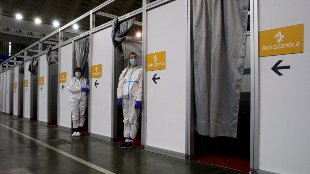 Egészségügyi dolgozók várakoznak, mielőtt tömegesen beoltják az embereket az AstraZeneca svéd-brit gyógyszergyártó koronavírus elleni vakcinájával Belgrádban 2021. március 27-én. (Fotó: MTI/EPA/Andrej Cukic)
