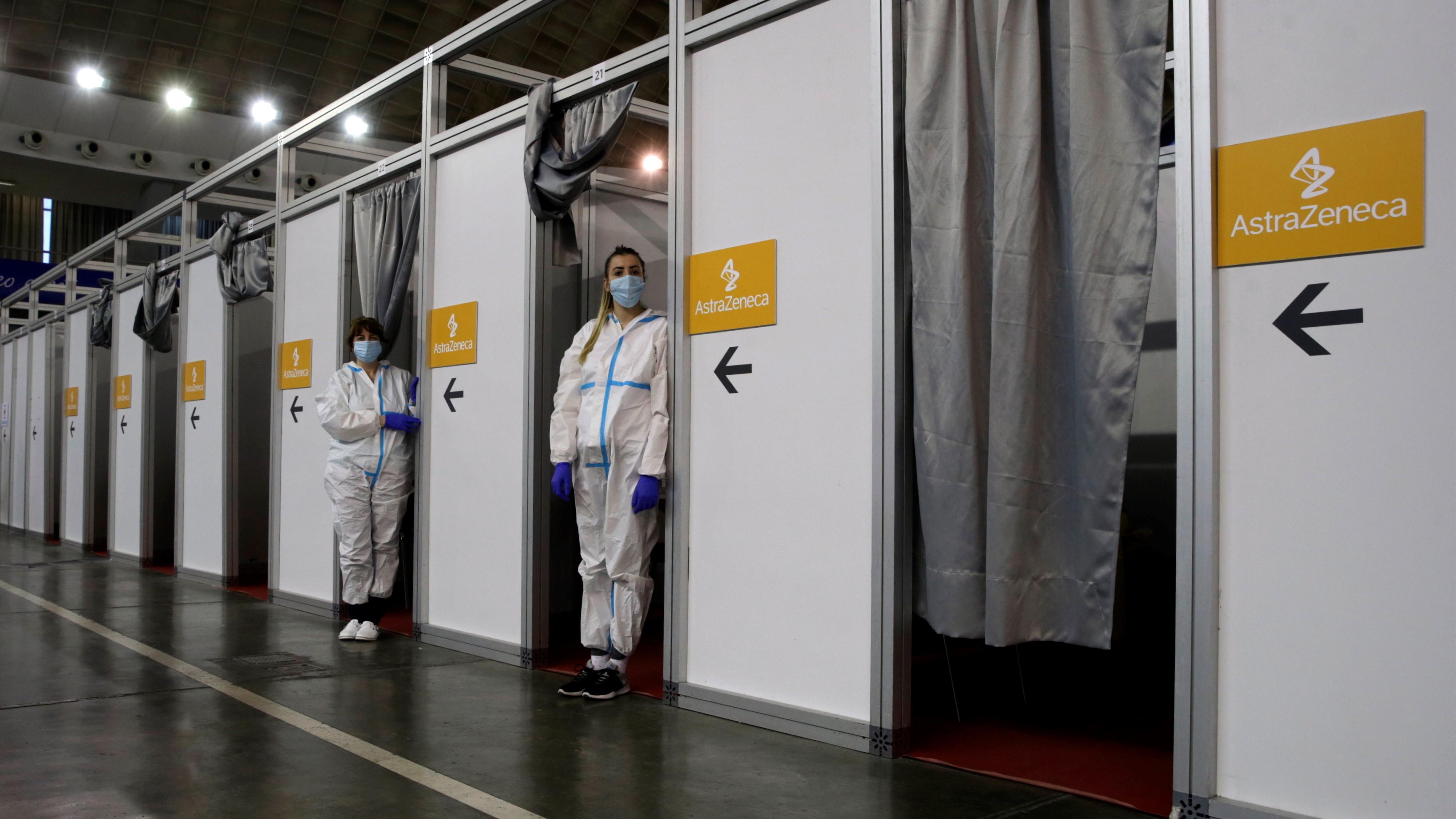 Egészségügyi dolgozók várakoznak, mielőtt tömegesen beoltják az embereket az AstraZeneca svéd-brit gyógyszergyártó koronavírus elleni vakcinájával Belgrádban 2021. március 27-én.