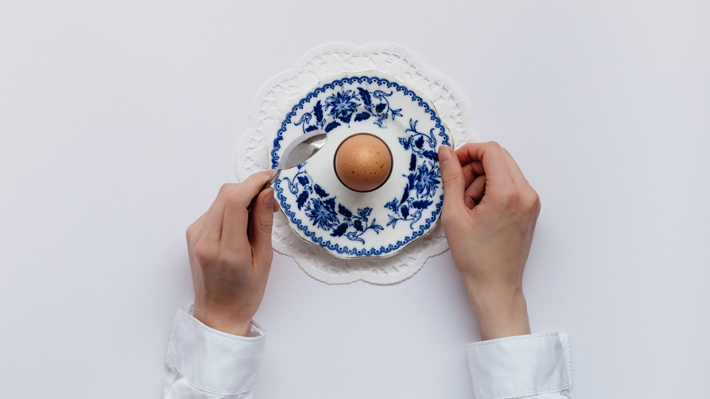 Itt egy zseniális módszer a kemény tojás feltörésére