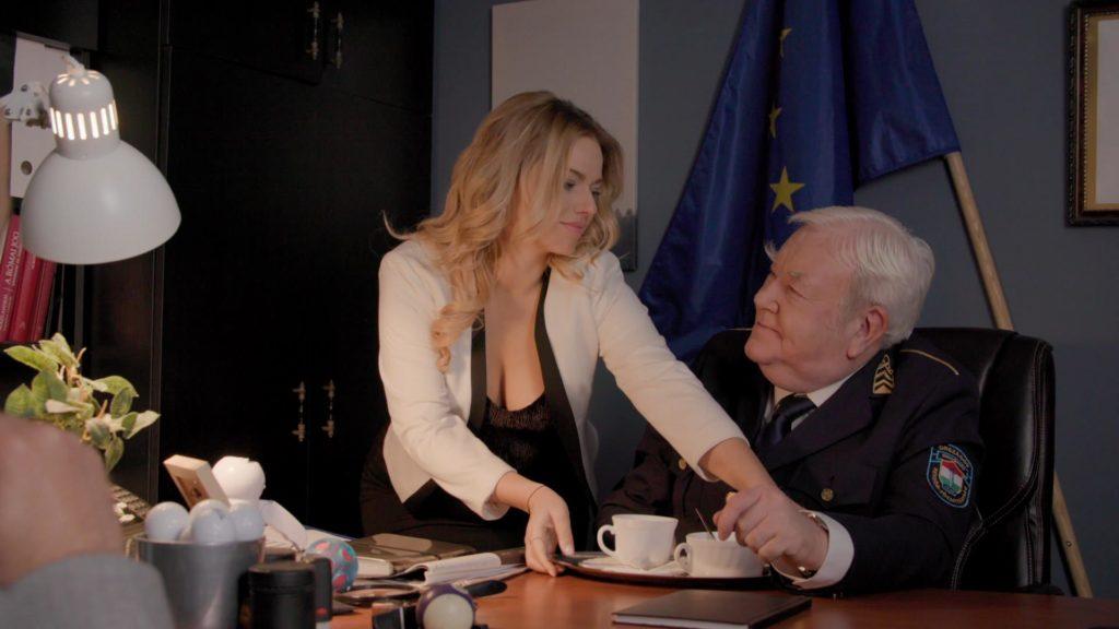 Cserpes Laura példaképével, Gálvölgyi Jánossal forgatott a Keresztanyuban (Fotó: RTL Klub)