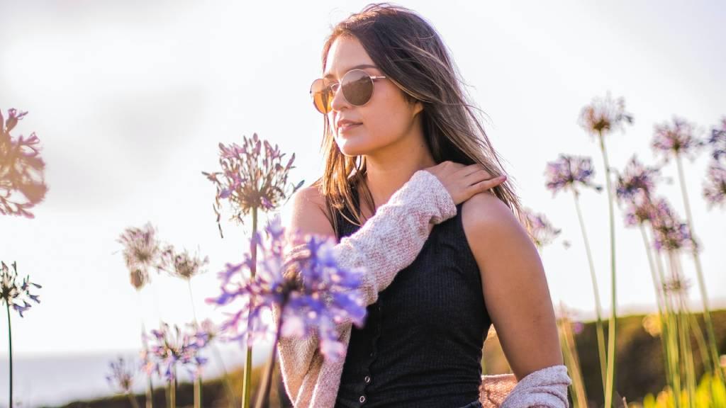 nő tavaszi virágok közt