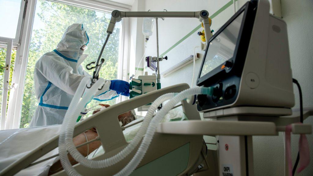 Tele a fiatalokkal az intenzív osztály, az időseknek így nem jut lélegeztetőgép egyes kórházakban
