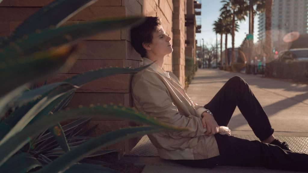 szomorú férfi utcán ül