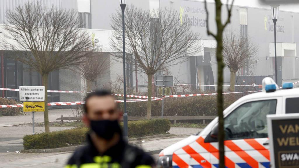 Bovenkarspel, 2021. március 3. Rendőrségi szalaggal zárták le azt a koronavírus-tesztközpontot, ahol robbanás történt az Amszterdamtól 50 kilométerre északra található Bovenkarspel városban 2021. március 3-án. / Fotó: MTI/EPA-ANP/Koen Van Weel
