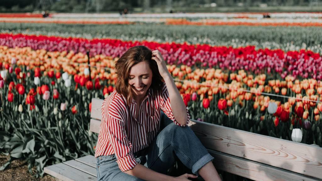 nő tavasszal rengeteg tulipán közt