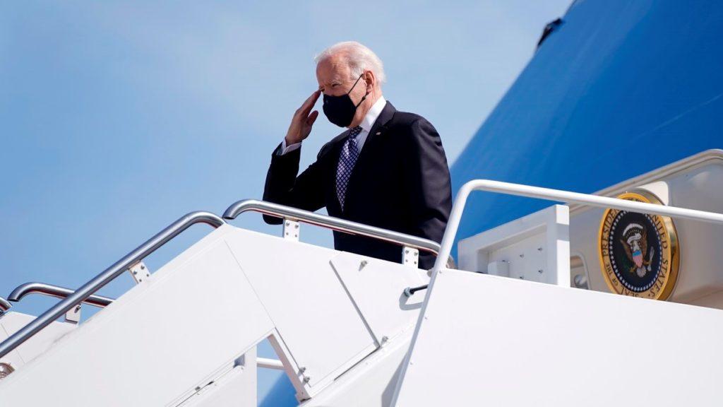 Joe Biden mielőtt az elnöki különgéppel elhagyta volna az Andrews légitámaszpontot