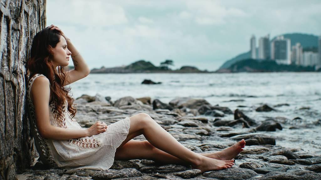 szomorú nő tengerparton