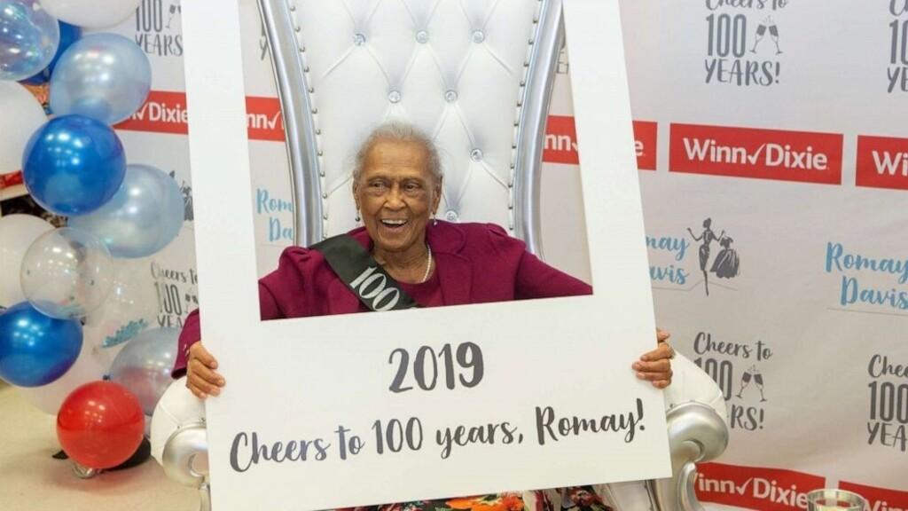 Imádjuk a 101 éves Romay Davist, aki a mai napig eladóként dolgozik