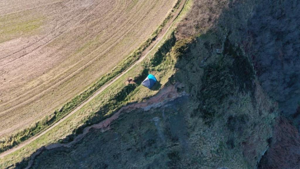 A szakadék szélén sátoroztak egy gyerekkel