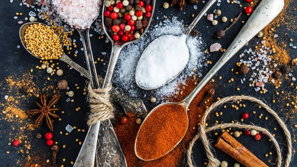 só fahéj bors fűszerek kanálban