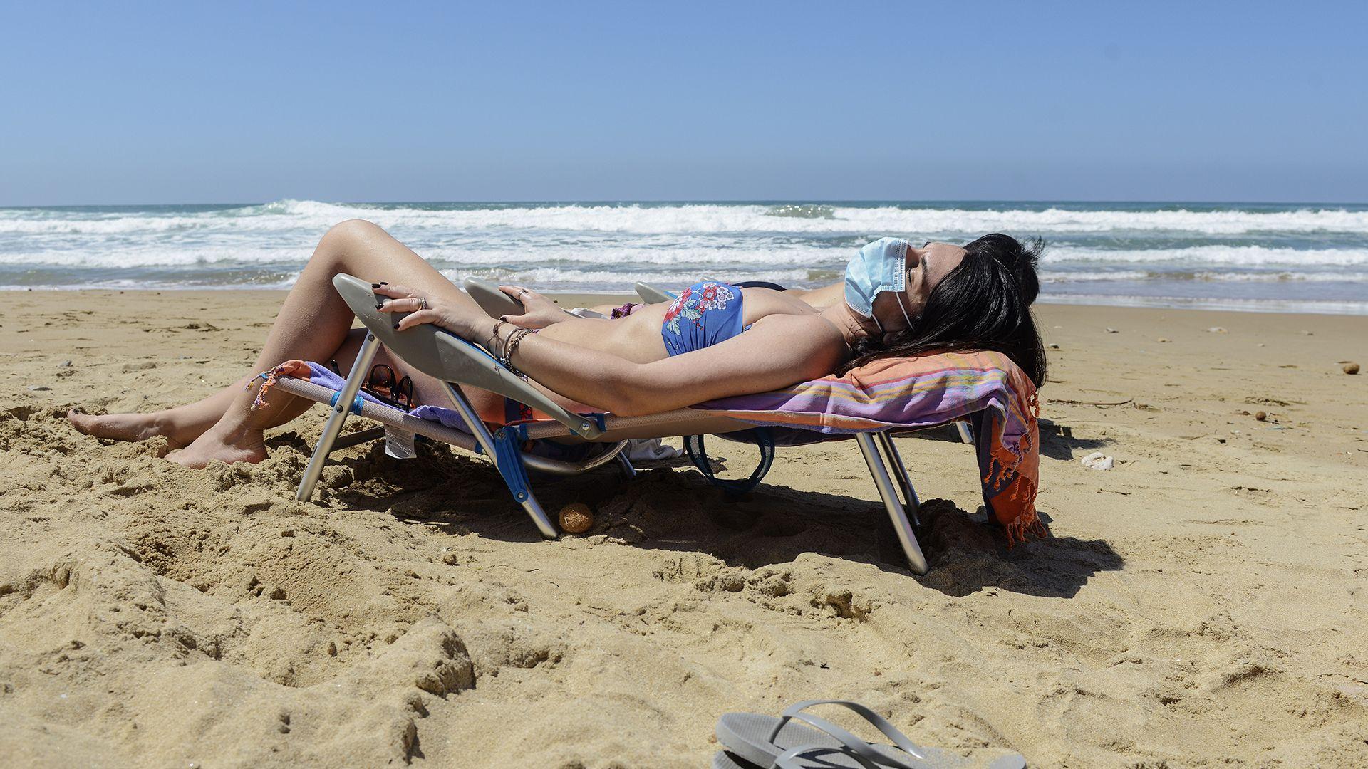 Maszkviselés a strandon