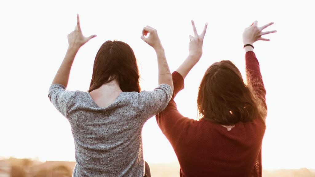 lányok a love betűit formálják az ujjaikkal