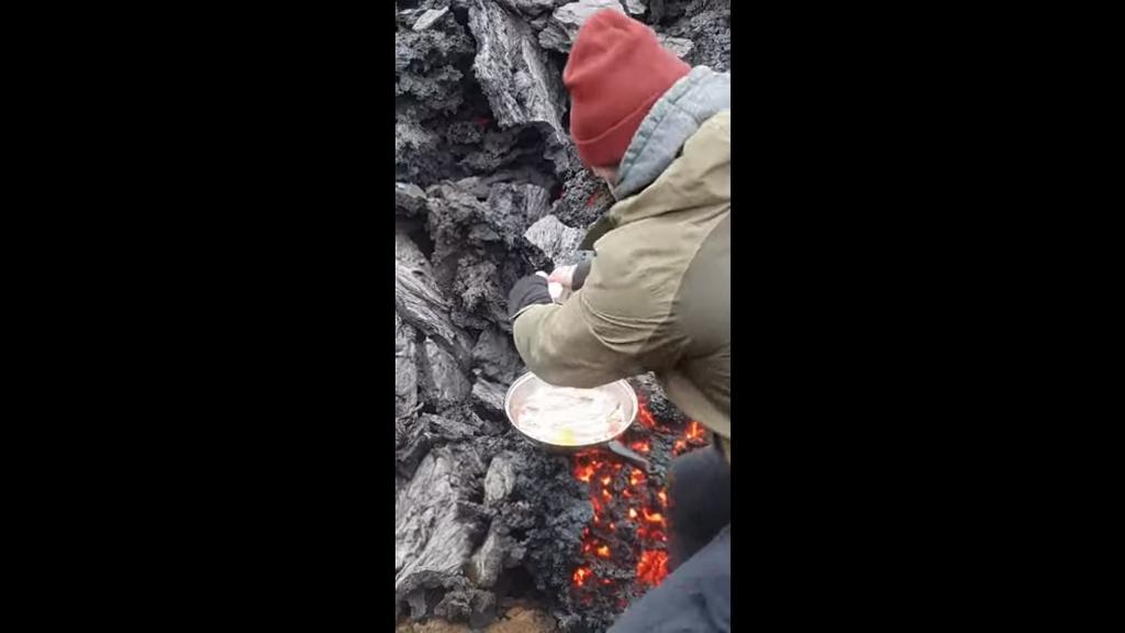 Tüzes reggeli: Tojást és bacont sütött az izlandi vulkán láváján a férfi