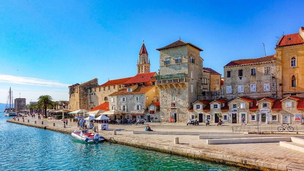 Trogir városa turistákra várva (fotó: Pixabay)