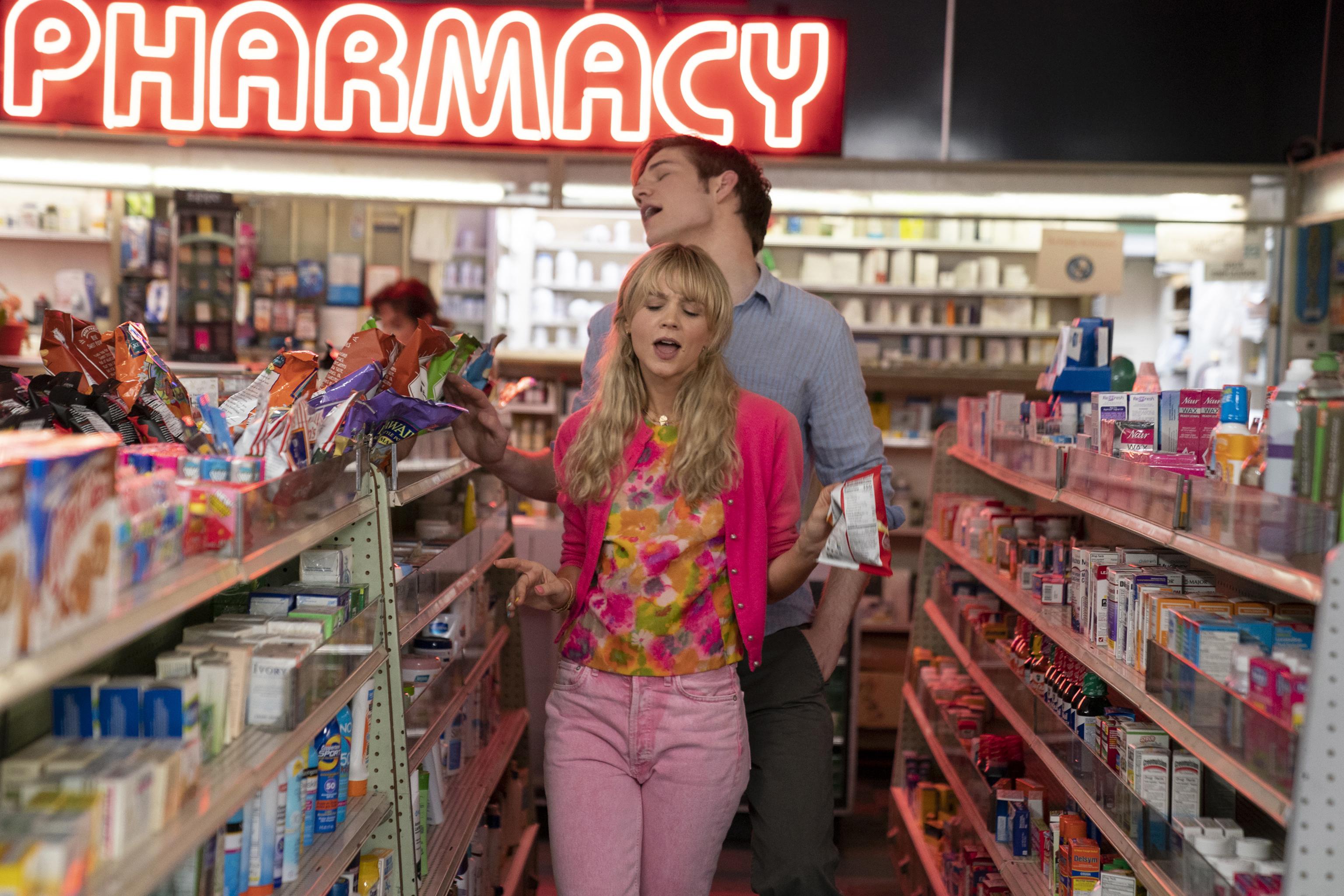 Carey Mulligan és Bo Burnham az Ígéretes fiatal nőben (fotó: UIP-Duna Film)