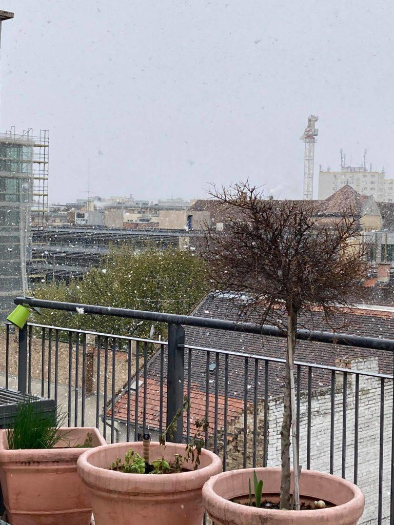 Jégeső, havazás, napsütés. Ezt látjuk a home office-ból ezen a jeges, tavaszi napon
