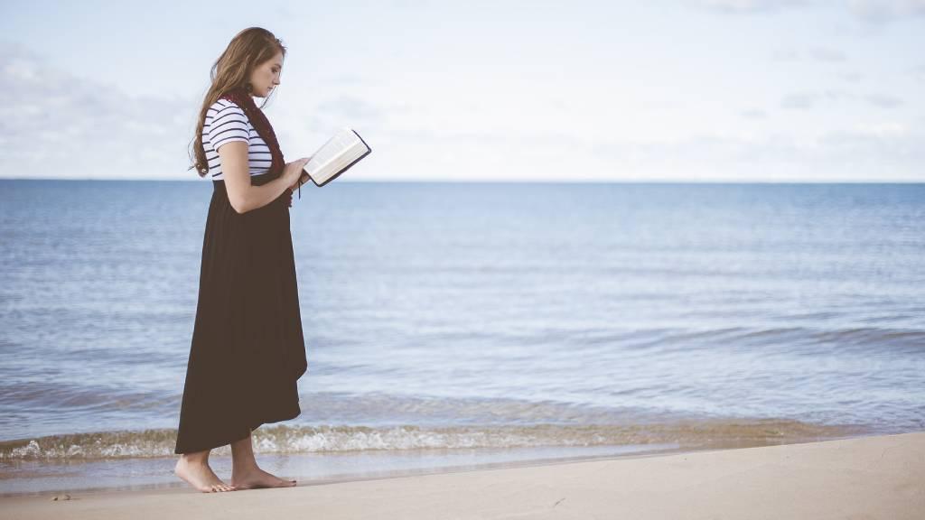 lány olvas a tengerparton