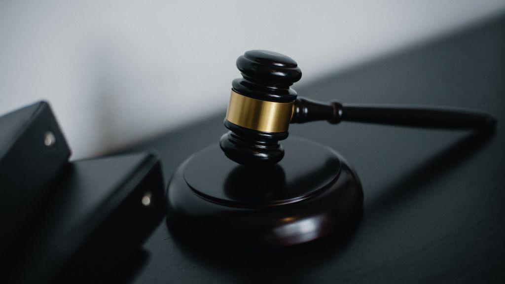 bíróság, tartozás